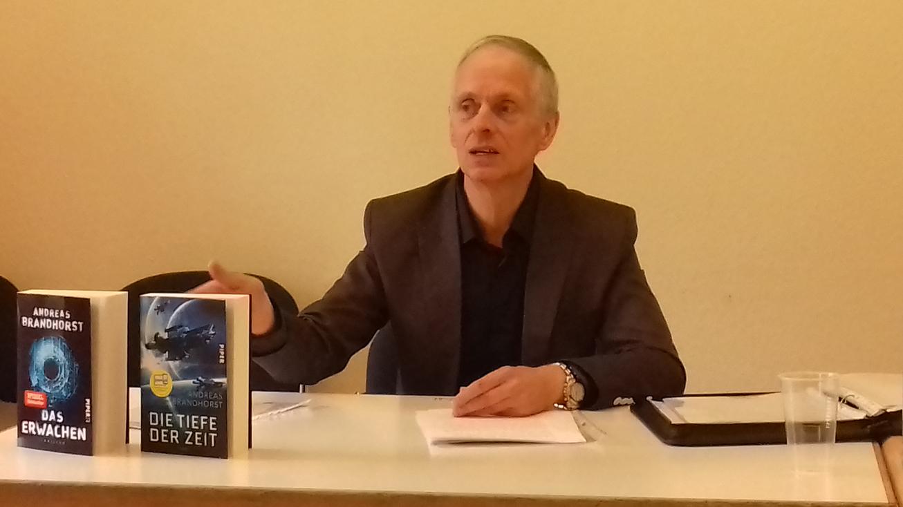 Ma sieht Bestellerautor Andreas Brandhorst bei seiner Lesung