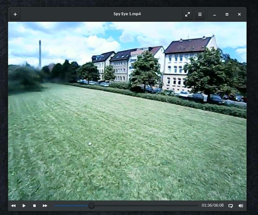 eine Rasenfläche mit Häusern