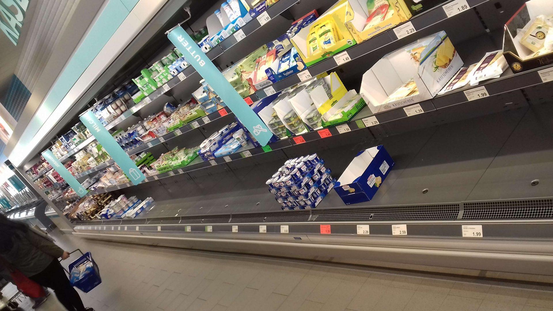 man sieht ein leeres Regal bei Aldi Nord in Braunschweig