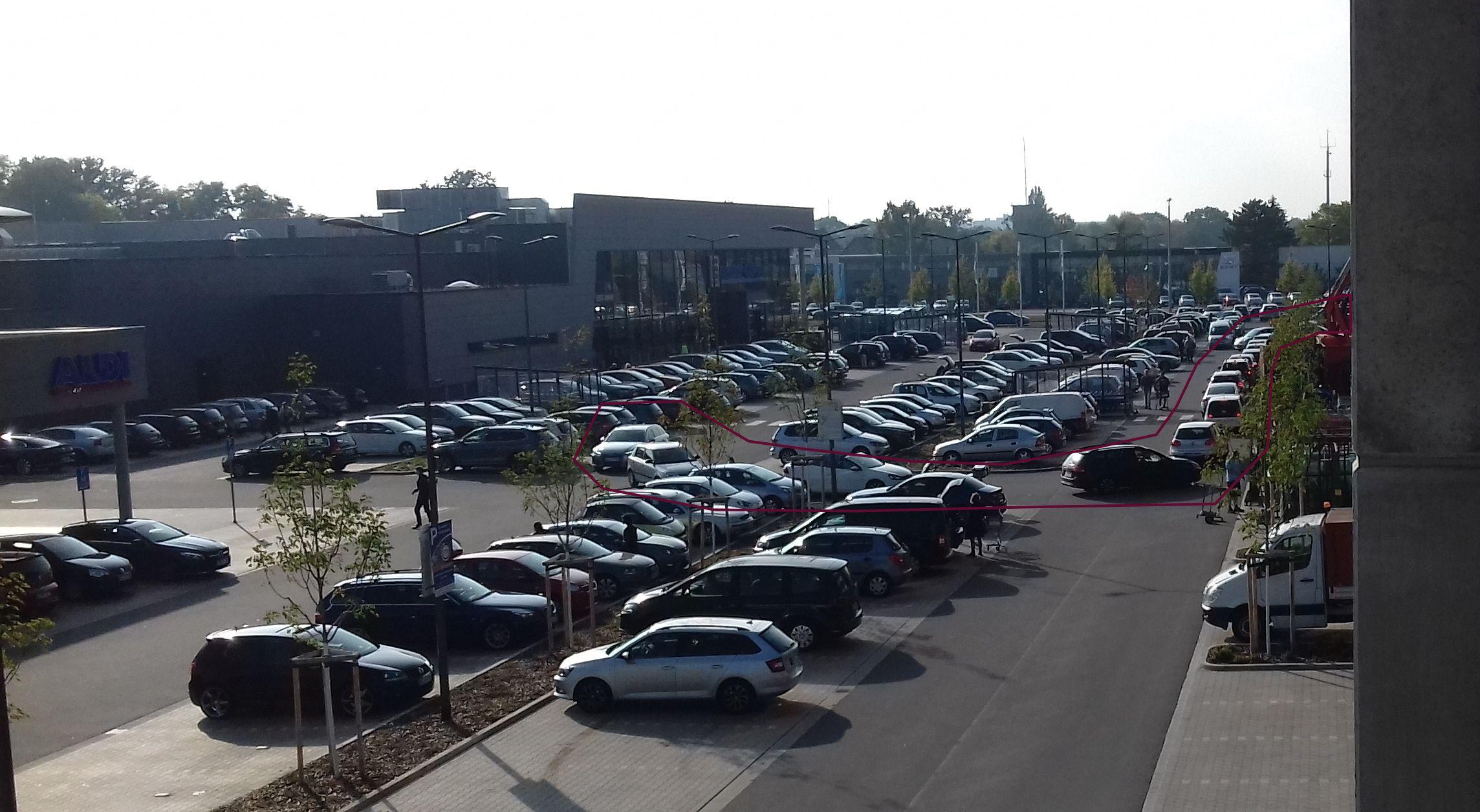 Parkplatz des E-Centers wo den Stau der einzigen, viel zu engen Zufahrtsstraße sieht